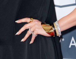 jennifer-lopez-look-grammy-2013-detalle-de-los-anillos-y-pulseras-de-norman-silverman